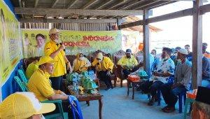 Plt Ketua DPD II Partai Golkar Takalar Zulkarnain Arief saat berdialog dengan warga di Pulau Tanekeke, Rabu 9 Juni 2021. (Ist)