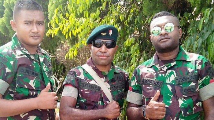 Pratu Lukius (tengah) saat berseragam TNI beberapa waktu lalu. (Int)