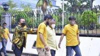 Satgas AMPG Sulsel mengamankan beberapa orang yang hendak mengacaukan pelaksanaan musda Golkar Tana Toraja di Hotel Novotel Makassar, Sabtu 27 Agustus 2021. (Ist)