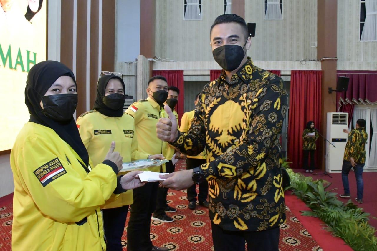 Sekjen PP AMPG Syafaat Perdana menyerahkan hadiah kepada pemenang Lomba Cipta Baca Puisi AMPG Sulsel di Rujab Gubernur Sulsel, Minggu 10 Oktober 2021. (Ist)