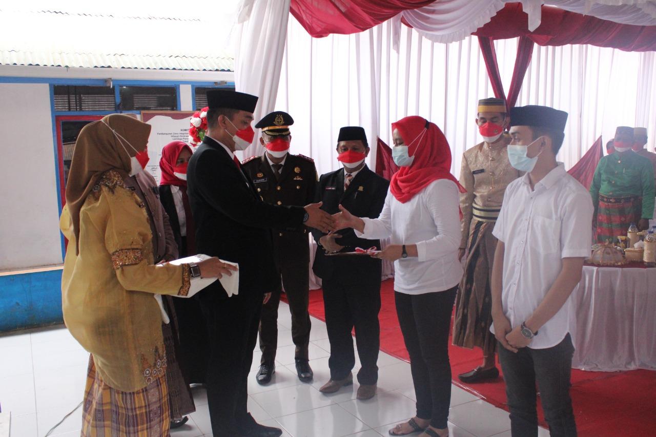 Sekretaris Daerah Takalar H. Muhammad Hasbi menyerahkan remisi umum bagi narapidana dalam rangka HUT ke-76 Kemerdekaan RI di Lapas Kelas II B Takalar, Selasa 17 Agustus 2021. (Ist)