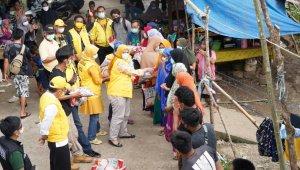 Taufan-Pawe-melihat-kader-kader-Partai-Golkar-menyerahkan-bantuan-kepada-korban-gempa-di-Mamuju-Selasa-19-Januari-2021.-Ist