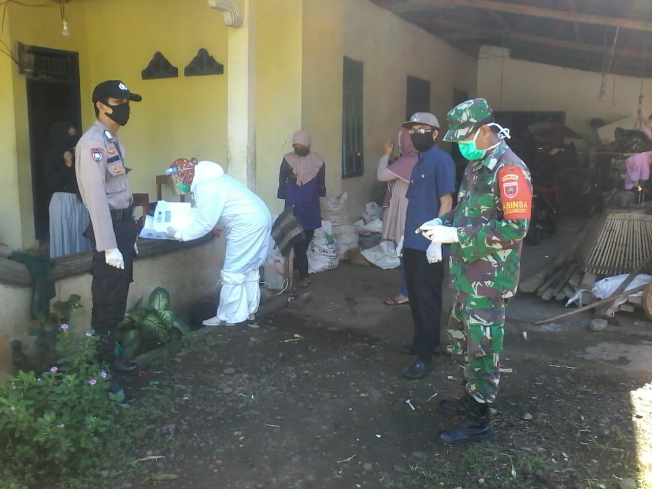 Tim Gugus Covid 19 Takalar melakukan tracking untuk mencegah penularan terhadap keluarga pasien positif di kelurahan Bulukunyi, Polongbangkeng Selatan, Sabtu 30 Mei 2020. (Ist)