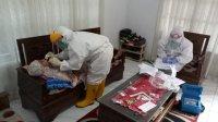 Tim Gugus Covid Takalar memeriksa pasien positif corona di Lassang, Polongbangkeng Utara, Takalar, beberapa waktu lalu. (Ist)