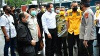 Wakil Ketua DPR RI Azis Syamsuddin merangkul Taufan Pawe saat mengunjungi lokasi bom bunuh diri di depan Gereja Katederal Makassar, Kamis 1 April 2021. (Ist)